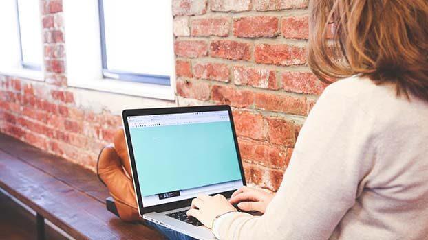 Student söker efter rabatter på sin dator
