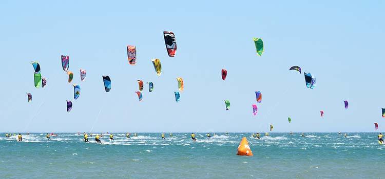 Kitesurfare på tävling i havet