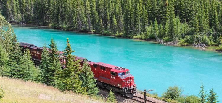 Tåg vid flod utomlands